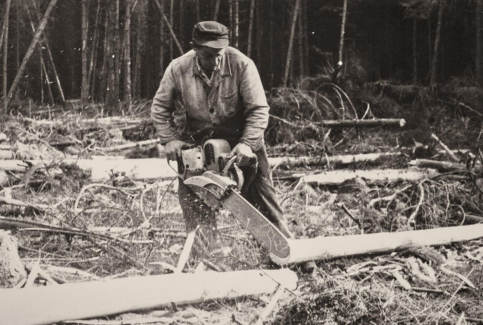 Waldarbeiter mit Motorsäge - Mitte Ende 20. Jh.